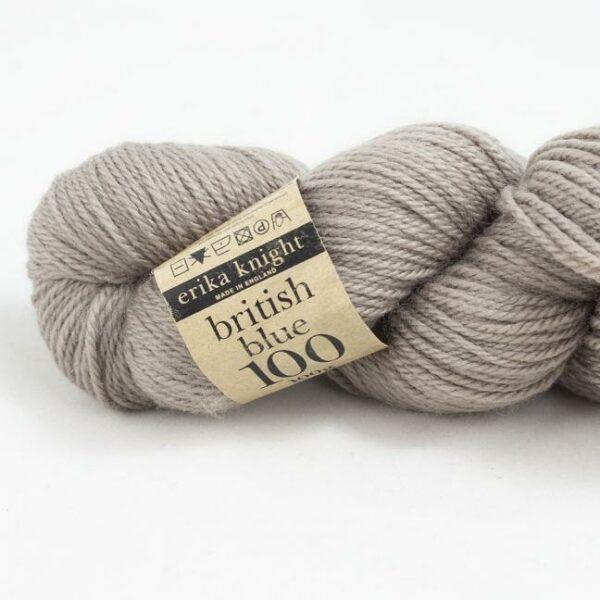 Gros plan sur un écheveau de British Blue Wool d'Erika Knight coloris Clarissa (beige grisé)