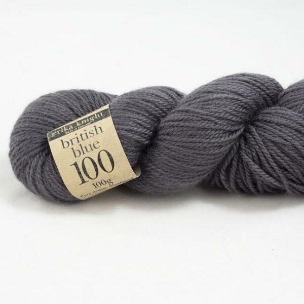 Gros plan sur un écheveau de British Blue Wool d'Erika Knight coloris Cymbeline (gris foncé)