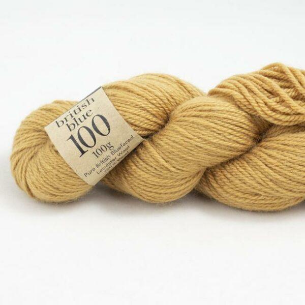 Gros plan sur un écheveau de British Blue Wool d'Erika Knight coloris Mrs Dalloway (moutarde)