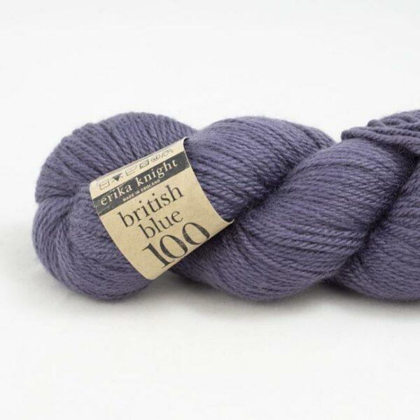 Gros plan sur un écheveau de British Blue Wool d'Erika Knight coloris French (violet clair)
