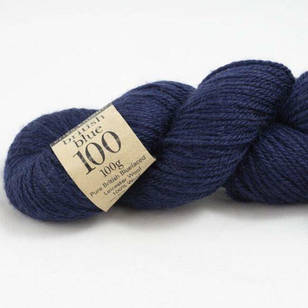 Gros plan sur un écheveau de British Blue Wool d'Erika Knight coloris Cloak (bleu nuit)