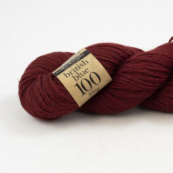 Gros plan sur un écheveau de British Blue Wool d'Erika Knight coloris Gordon (rouge bordeaux)