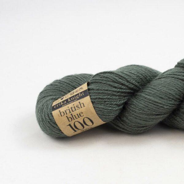 Gros plan sur un écheveau de British Blue Wool d'Erika Knight coloris Shrub (vert kaki foncé)