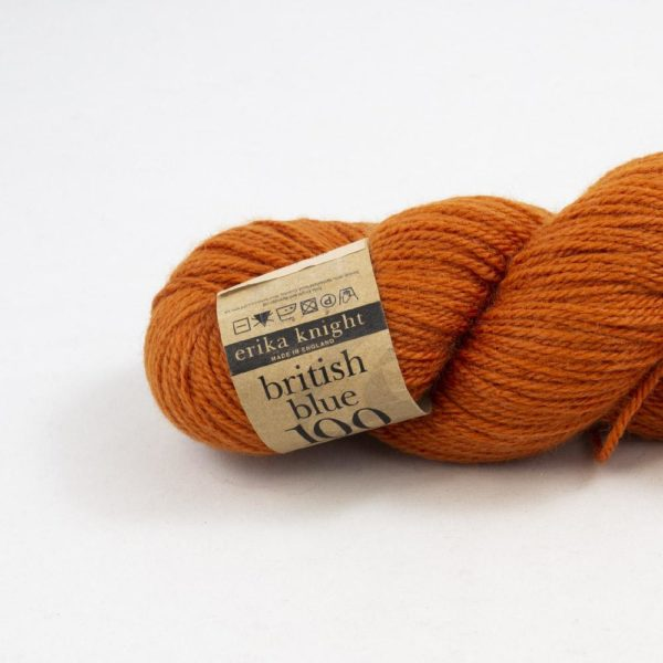 Gros plan sur un écheveau de British Blue Wool d'Erika Knight coloris Tulip (orange brûlé)