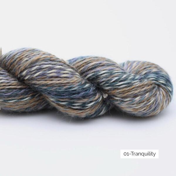 Présentation d'un écheveau de laine In the Mood de Kremke Soul Wool coloris Tranquility
