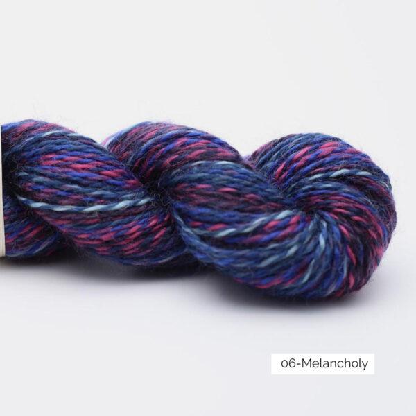 Présentation d'un écheveau de laine In the Mood de Kremke Soul Wool coloris Melancholy