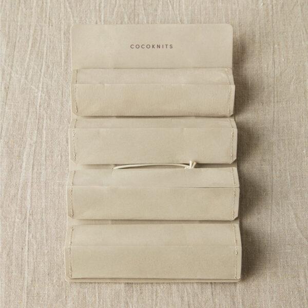 Présentation d'une trousse Accessory Roll de Cocoknits, ouverte, coloris gris