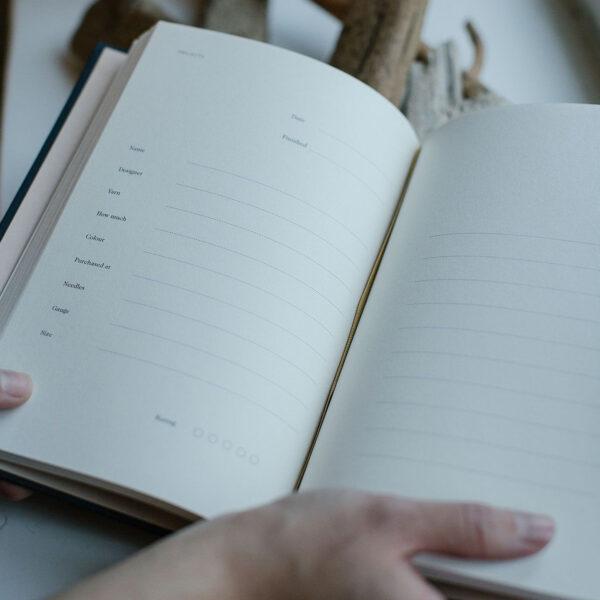 Présentation d'une page projet du journal de tricot Knitting Notes de Laine