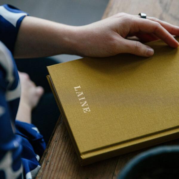 Présentation du dos du journal de tricot Knitting Notes de Laine coloris Moutarde