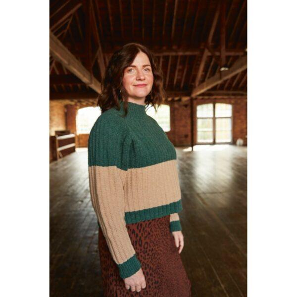 Présentation du pull Eila, patron de tricot créé par Meghan Fernandes et Lydia Gluck pour le livre Ready Set Raglan de Pompom Magazine