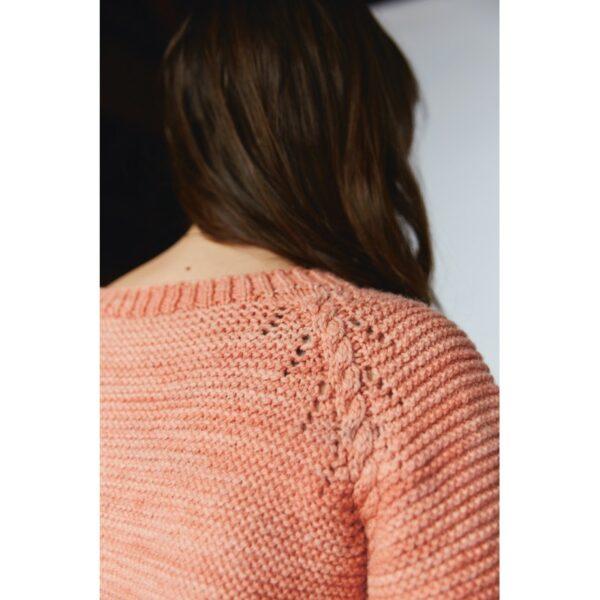 Gros plan sur le raglan du pull Cyren, patron de tricot créé par Meghan Fernandes et Lydia Gluck pour le livre Ready Set Raglan de Pompom Magazine