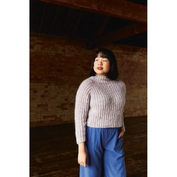 Présentation du pull Elowen, patron de tricot créé par Meghan Fernandes et Lydia Gluck pour le livre Ready Set Raglan de Pompom Magazine