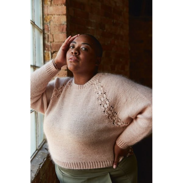 Présentation du pull Lobelia, patron de tricot créé par Meghan Fernandes et Lydia Gluck pour le livre Ready Set Raglan de Pompom Magazine