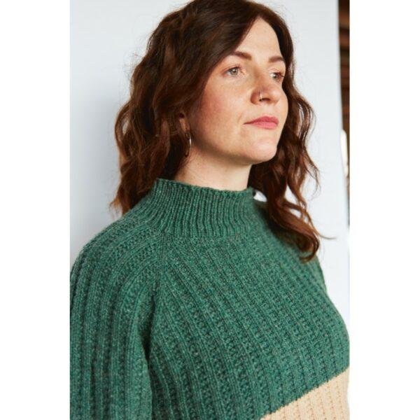 Gros plan sur le haut du pull Eila, patron de tricot créé par Meghan Fernandes et Lydia Gluck pour le livre Ready Set Raglan de Pompom Magazine