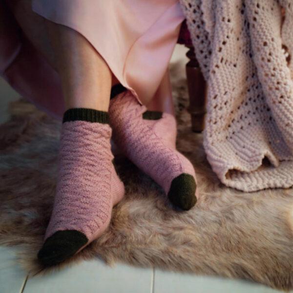 Modèle de chaussettes bicolore et texturé du livre Tricoter ses chaussettes d'Emilie Drouin et Elodie Morand