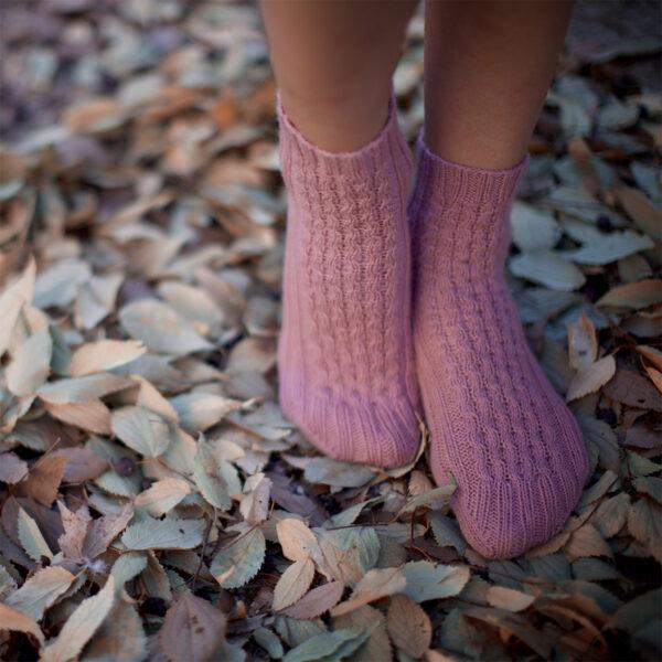Présentation des chaussettes Nore de Marion Em, patron de tricot paru dans le livre Woolship de Lili Comme Tout