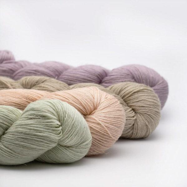 Présentation de 4 écheveaux de Lazy Linen de Kremke Soul Wool dans des coloris assortis