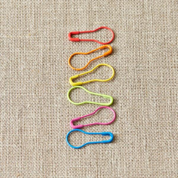Présentation d'une série de marqueurs de mailles amovibles forme ampoule aux couleurs de l'arc-en-ciel de la gamme Colored Opening Stitch Markers de Cocoknits