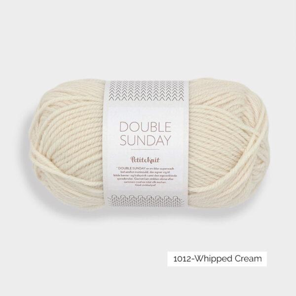 Présentation d'une pelote de Double Sunday de Sandnes Garn en coloris Whipped Cream (crème)
