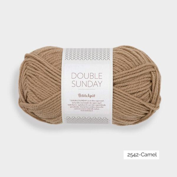 Une pelote de Double Sunday de Sandnes Garn coloris Camel