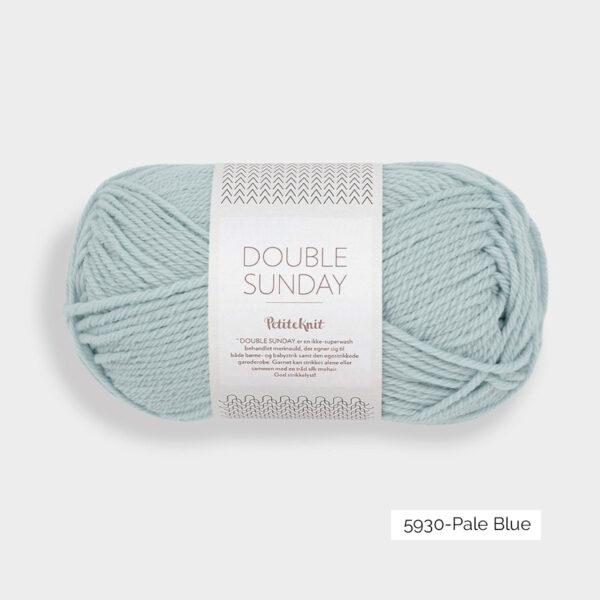 Une pelote de Double Sunday de Sandnes Garn coloris Pale Blue (bleu layette)