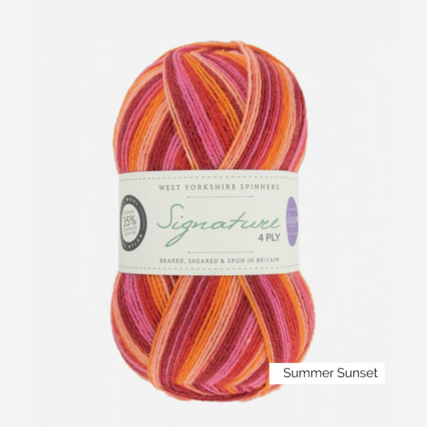 Une pelote de Signature 4ply de West Yorkshire Spinners (WYS) de la collection Seasons, coloris Summer Sunset