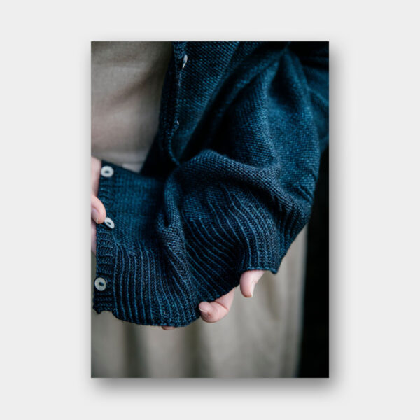 Photo featuring the bottom details of a knitted sweater, pattern to be found in Laine Magazine 11