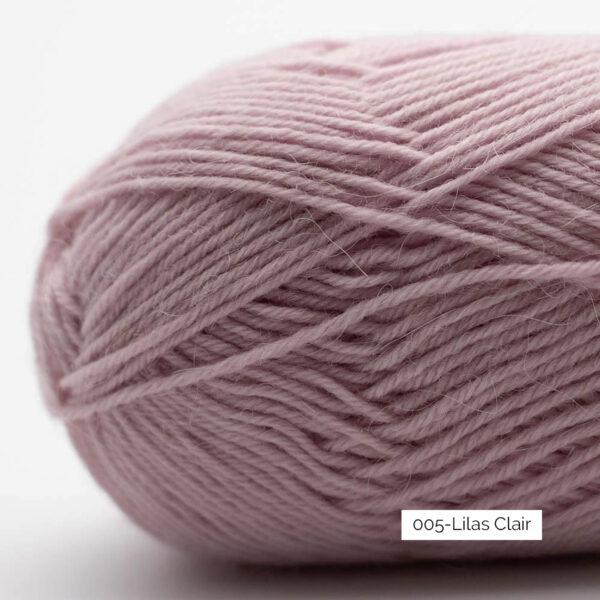 Gros plan sur une pelote de laine à chaussettes Edelweiss Alpaca de Kremke Soul Wool coloris Lilas Clair