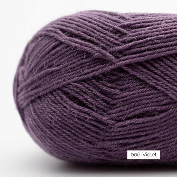 Gros plan sur une pelote de laine à chaussettes Edelweiss Alpaca de Kremke Soul Wool coloris Violet