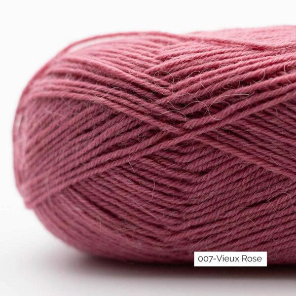 Gros plan sur une pelote de laine à chaussettes Edelweiss Alpaca de Kremke Soul Wool coloris Vieux Rose