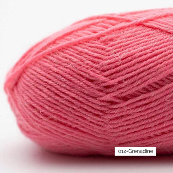 Gros plan sur une pelote de laine à chaussettes Edelweiss Alpaca de Kremke Soul Wool coloris Grenadine