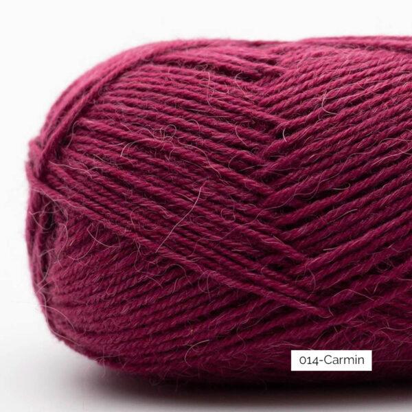 Gros plan sur une pelote de laine à chaussettes Edelweiss Alpaca de Kremke Soul Wool coloris Carmin