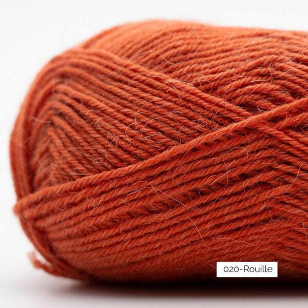 Gros plan sur une pelote de laine à chaussettes Edelweiss Alpaca de Kremke Soul Wool coloris Rouille