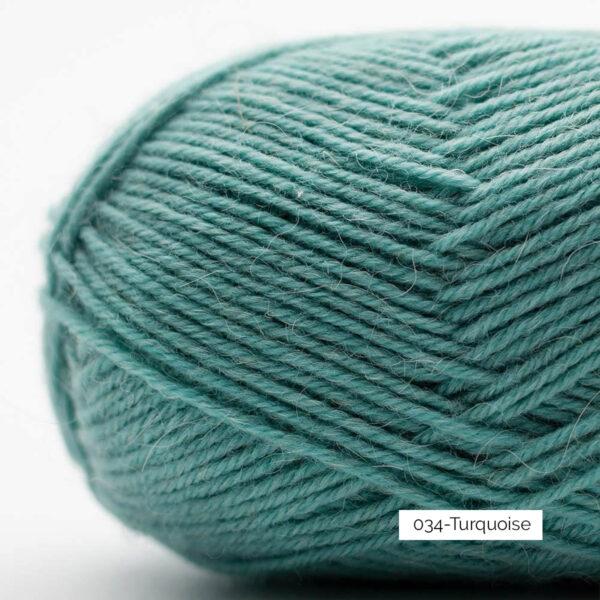 Gros plan sur une pelote de laine à chaussettes Edelweiss Alpaca de Kremke Soul Wool coloris Turquoise