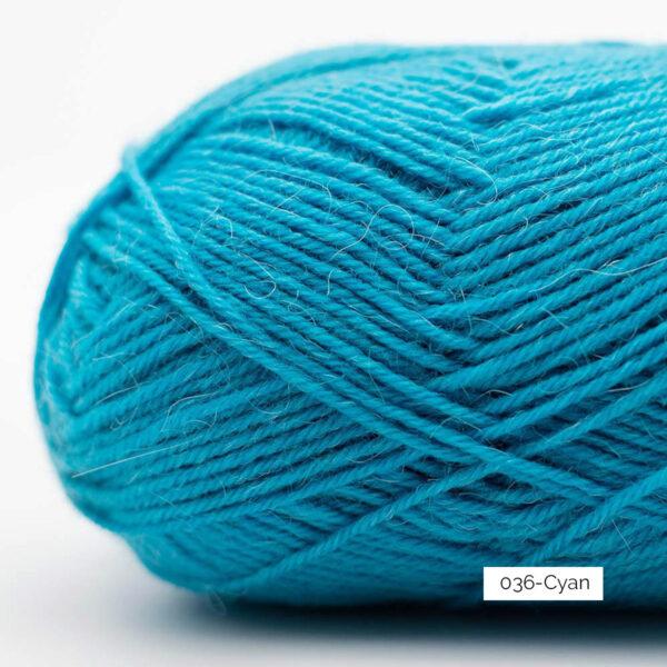 Gros plan sur une pelote de laine à chaussettes Edelweiss Alpaca de Kremke Soul Wool coloris Cyan