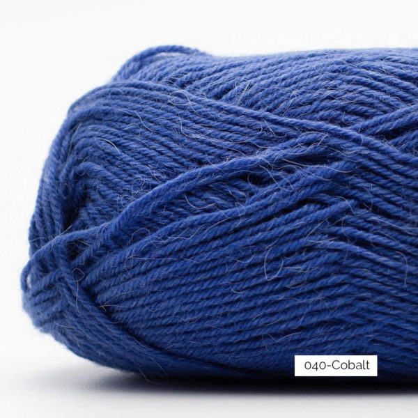 Gros plan sur une pelote de laine à chaussettes Edelweiss Alpaca de Kremke Soul Wool coloris Cobalt