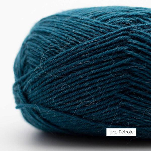 Gros plan sur une pelote de laine à chaussettes Edelweiss Alpaca de Kremke Soul Wool coloris Pétrole
