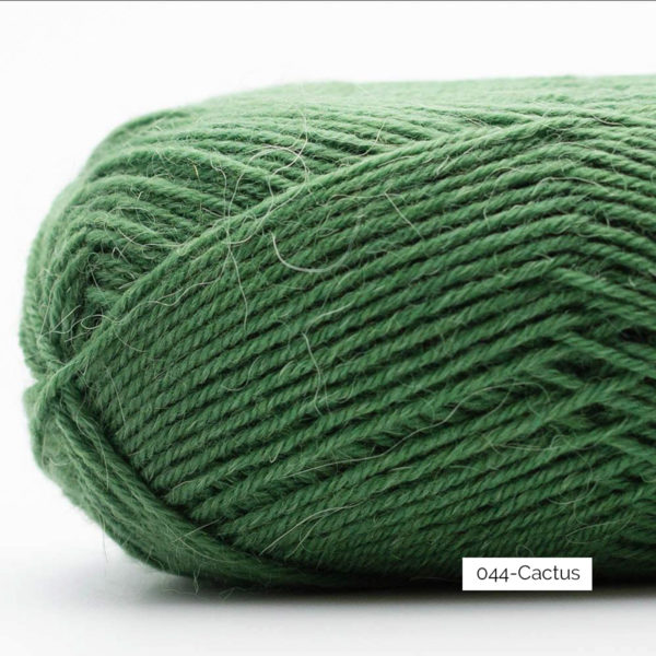 Gros plan sur une pelote de laine à chaussettes Edelweiss Alpaca de Kremke Soul Wool coloris Cactus