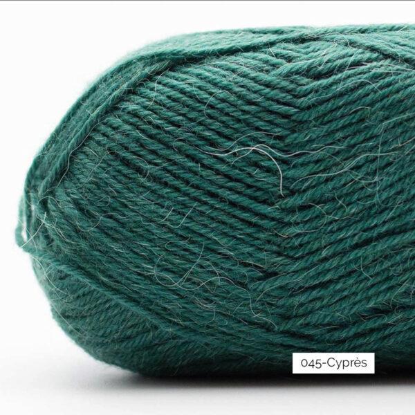 Gros plan sur une pelote de laine à chaussettes Edelweiss Alpaca de Kremke Soul Wool coloris Cyprès