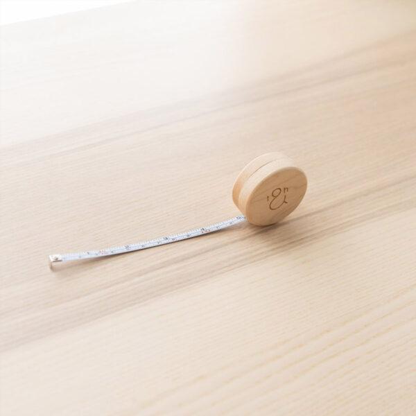 Présentation d'un mètre ruban à boîtier en bois gravé Twig & Horn