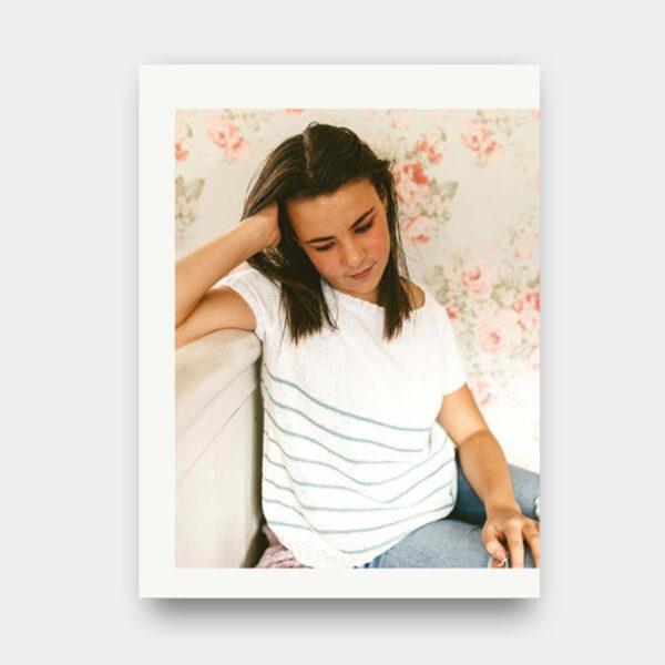 Présentation du modèle de pull pour femme proposé dans le livre de Nadège Chenu, Je tricote mon premier pull en circulaire, version manches courtes rayé