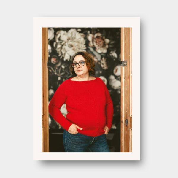 Présentation du modèle de pull pour femme proposé dans le livre de Nadège Chenu, Je tricote mon premier pull en circulaire, version avec torsade