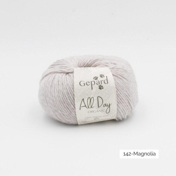 Une pelote de All Day Organic de Gepard Garn dans le coloris Magnolia