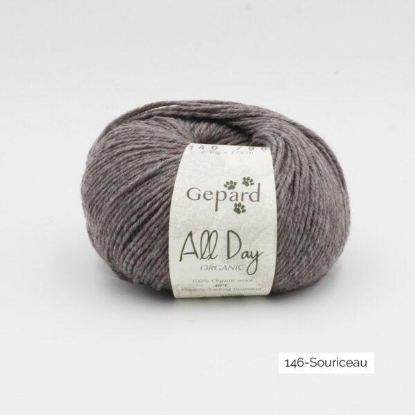 Une pelote de All Day Organic de Gepard Garn dans le coloris Souriceau