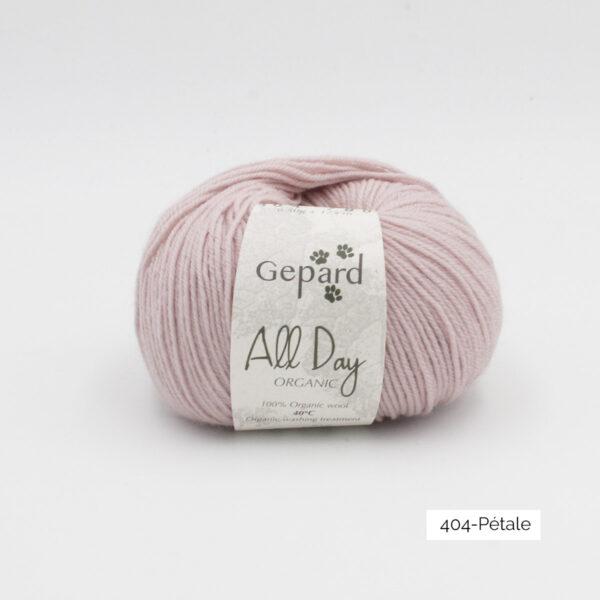 Une pelote de All Day Organic de Gepard Garn dans le coloris Pétale