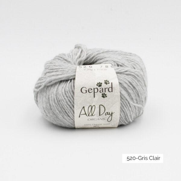 Une pelote de All Day Organic de Gepard Garn dans le coloris Gris Clair