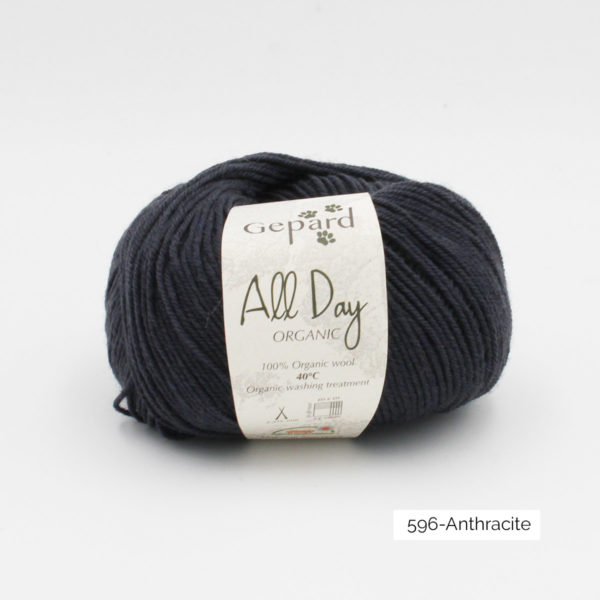 Une pelote de All Day Organic de Gepard Garn dans le coloris Anthracite