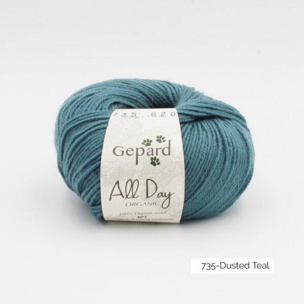 Une pelote de All Day Organic de Gepard Garn dans le coloris Dusted Teal