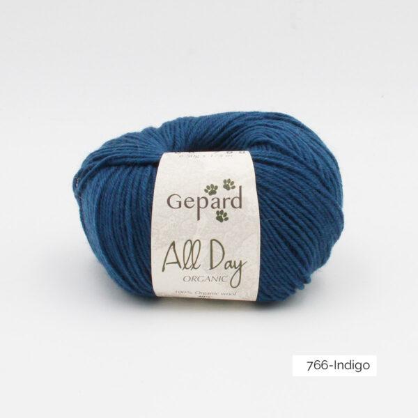 Une pelote de All Day Organic de Gepard Garn dans le coloris Indigo