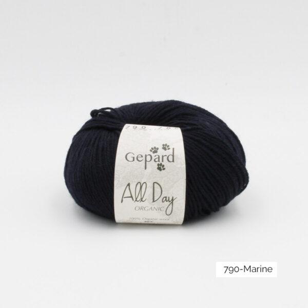 Une pelote de All Day Organic de Gepard Garn dans le coloris Marine